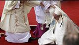 미사 중 주저앉은 교황